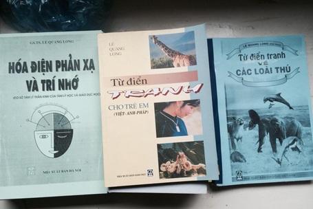 Một số đầu sách của GS.TS Lê Quang Long. (Ảnh: Hạnh Nguyên)