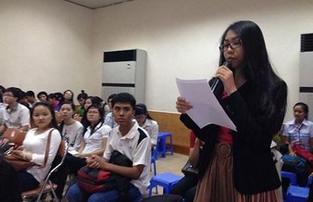 Sinh viên Trường ĐH Sư phạm TPHCM đặt các câu hỏi với lãnh đạo nhà trường. (Ảnh: P. Điền)