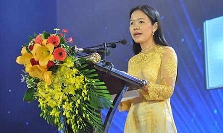 Cô Mai Thị Thắm trên bục nhận danh hiệu Nhà giáo ưu tú năm 2014. (Ảnh: Văn Chung)
