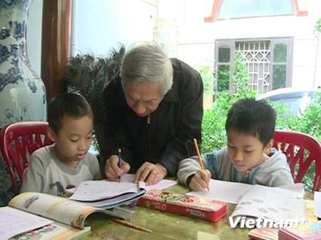Thầy Nguyễn Trà giảng bài cho học trò. (Ảnh: PV/Vietnam+)
