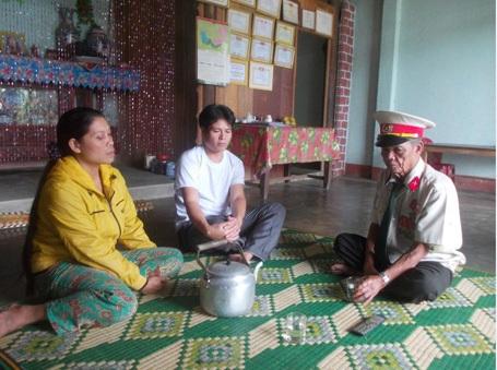 Ông Zơ Râm Bôi đến từng nhà vận động phụ huynh cho con em đến trường