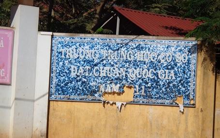 Tấm bảng hiệu công nhận trường chuẩn quốc gia rách nát được làm từ năm 2011