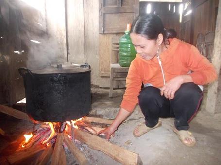 Chị Tờ Ngôl Hém nấu ăn cho học sinh vùng cao