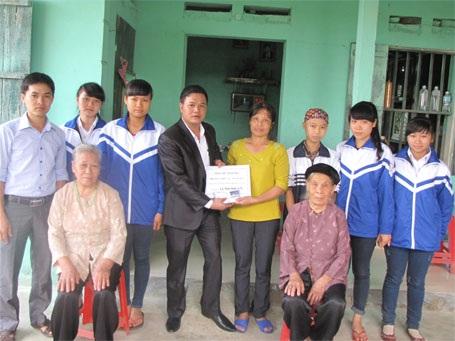 Thầy giáo Nguyễn Văn Trung thăm gia đình em Ngọc Hà và trao tiền ủng hộ