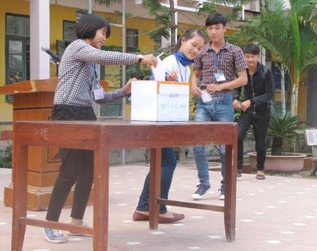 Đại diện học sinh các lớp tham gia ủng hộ