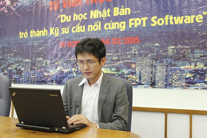 Ông Nguyễn Thành Lâm, Tổng Giám đốc FPT Software đang trả lời câu hỏi của bạn đọc trong buổi tư vấn