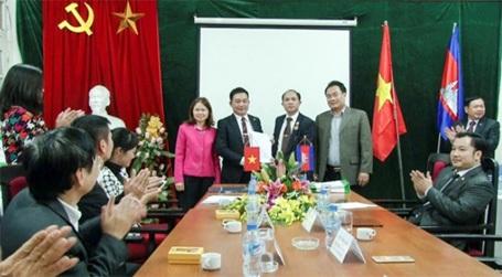 Quốc vụ Khanh vương quốc Campuchia giao lưu với sinh viên Đại học Đông Đô