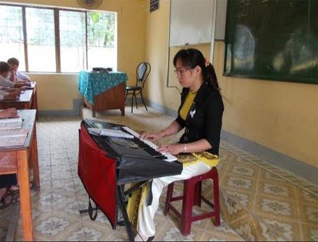 Cô Trịnh Thị Liên dạy nhạc tại lớp