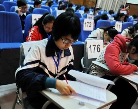 Các thí sinh chăm chú làm bài thi nghe 45 phút