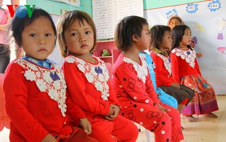 Sau khi đón đến lớp, các thầy thay quần áo sạch sẽ cho các cháu trước khi học