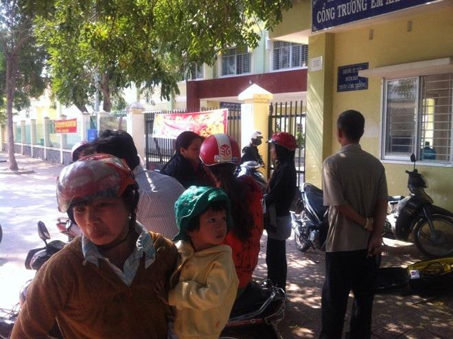 Nhiều phụ huynh tập trung trước cổng Trường tiểu học Long Bình, thể hiện sự bức xúc về vụ việc