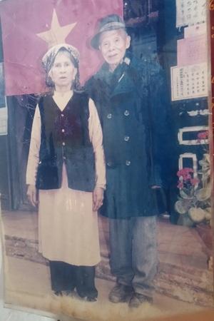 Vợ chồng cụ Nguyễn Vĩnh Chã và bà Diêm Thị Mùi. (Ảnh chụp lại, ảnh: Chung Bằng)