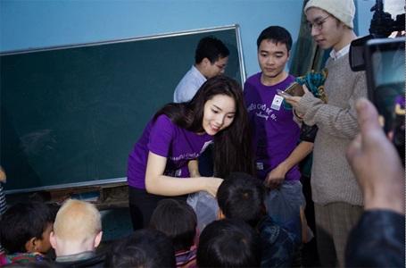 Hoa hậu Nguyễn Cao Kỳ Duyên - Đại sứ thiện nguyện VEO tặng quà cho các em học sinh