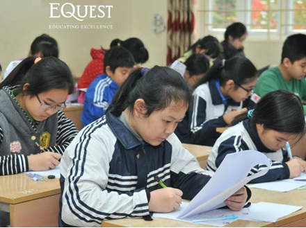 Thí sinh làm bài thi với sự tập trung cao độ và tinh thần quyết tâm lớn