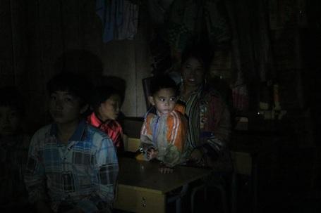 Một góc lớp học của thầy Hòa. Lớp học không có điện, chỉ nhờ vào ánh sáng đèn pin.