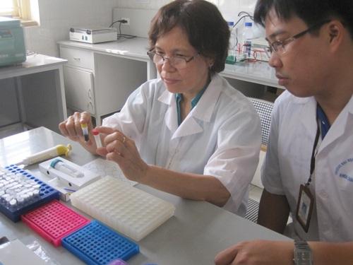 Giáo sư Kim Lan (trái) phân tích mẫu thí nghiệm