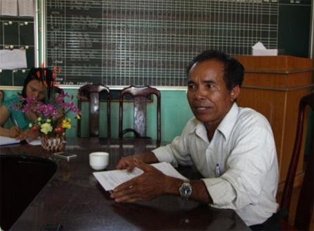 Ông Y Dhiu - Hiệu trưởng Trường TH Y Jút cho biết 5 cây xà cư bị chặt vì sợ sẽ làm… đổ tường rào
