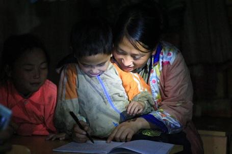 Các con theo cha mẹ tới lớp học xóa mù chữ
