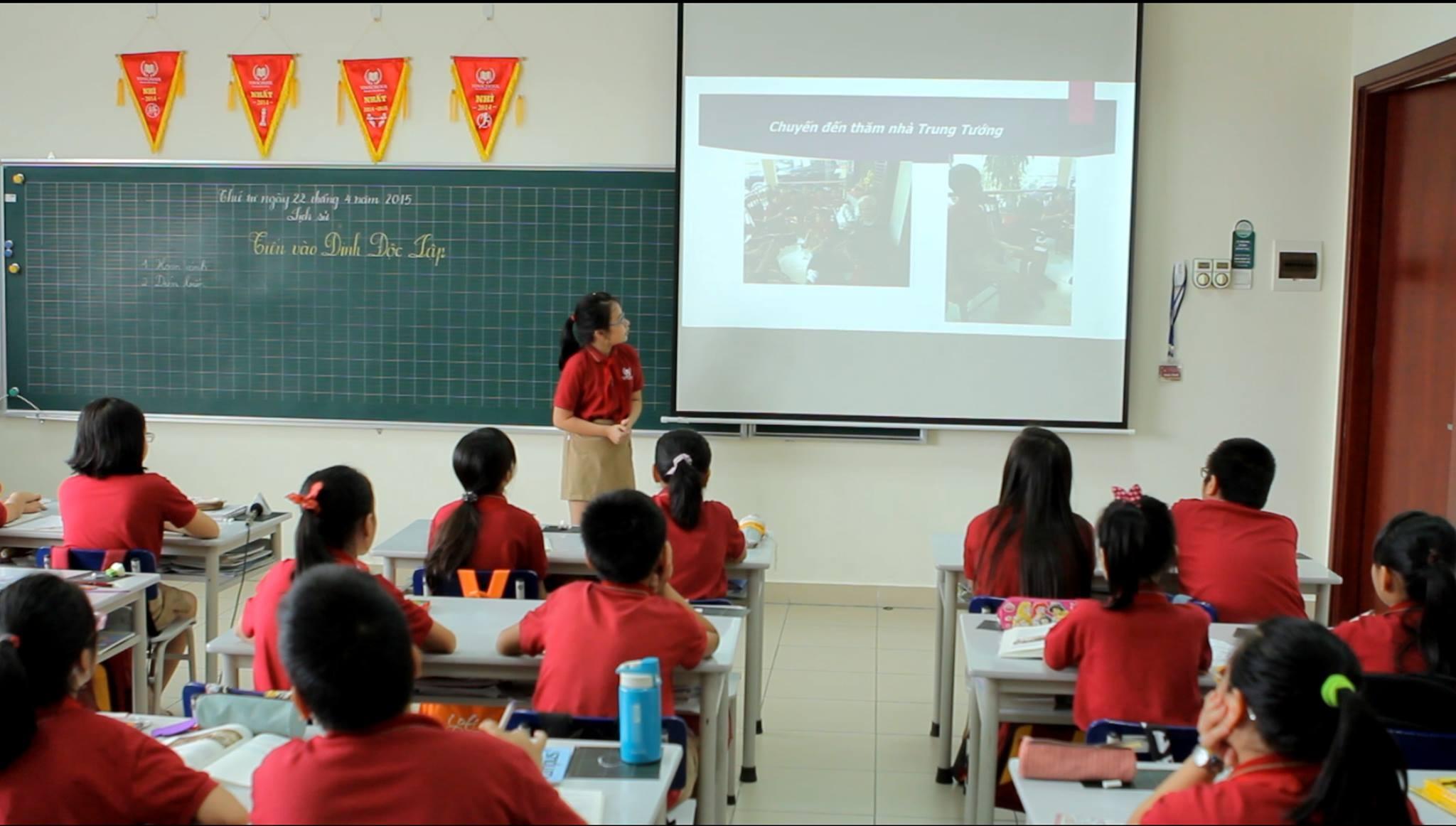 Khánh Phương đang chia sẻ với các bạn trong lớp về chuyến thăm tới nhà nhân vật lịch sử