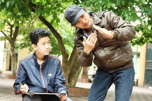 Thầy Long đang truyền đạt kiến thức của mình tới một em học sinh bằng ngôn ngữ hình thể