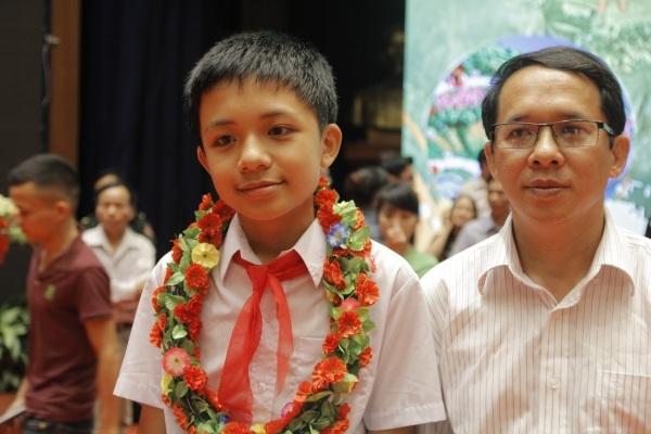 Giải Ba cuộc thi em Hoàng Quốc Đạt cùng bố trong lễ vinh danh, trao giải tối 21/4