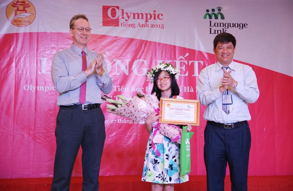 Vũ Phạm Hiền Anh vui mừng nhận giải Nhất Olympic Tiếng Anh Tiểu học 2015.
