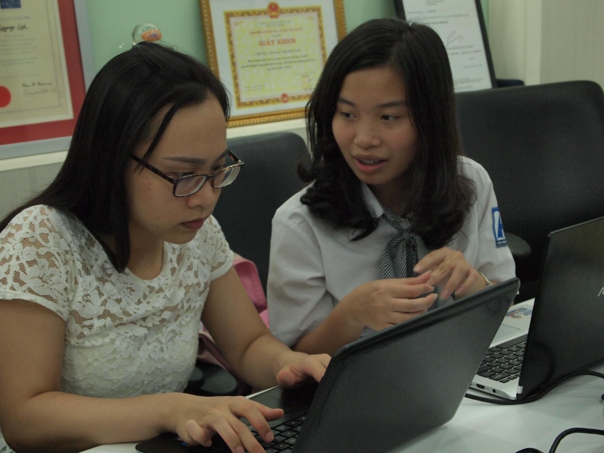EmNguyễn Hoàng Như Anh đang trả lời các câu hỏi của phụ huynh - học sinh.