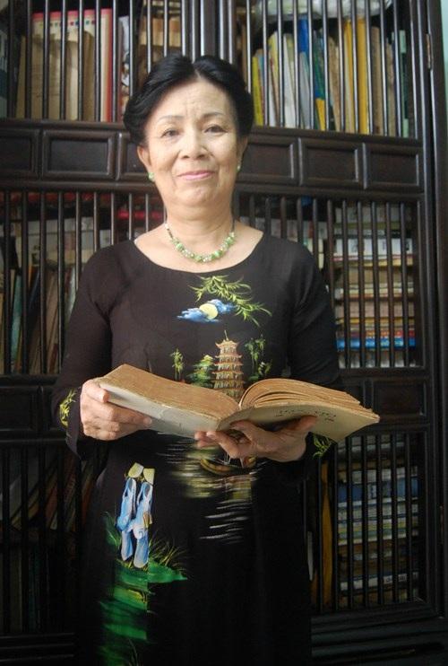 Cô Liệp trong chiếc áo dài vẽ chùa Thiên Mụ và các cô gái Huế. (Ảnh: Khánh Ly)