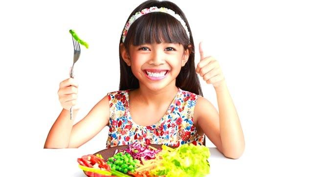 Cách bố mẹ dạy cho trẻ có thói quen ăn uống tốt