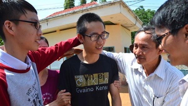 Thiện, bố (thứ 2 phải sang) và các bạn cùng lớp lúc rời khỏi trại giam