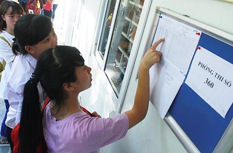 Thí sinh xem số báo danh tại phòng thi 360, điểm thi Đại học Kinh tế Quốc dân (