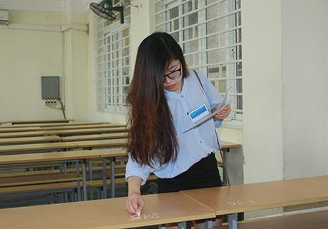Giám thị phòng thi đánh số báo danh lên vị trí ngồi của thí sinh