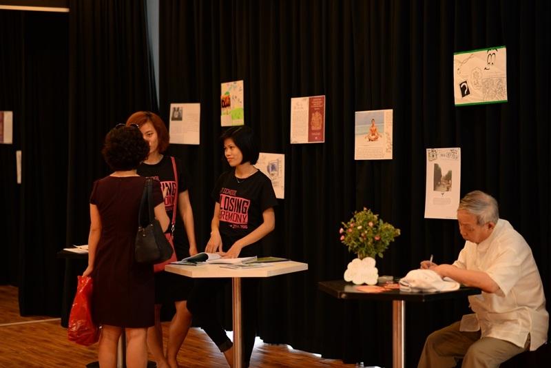 Có những bậc phụ huynh xúc động ghi lại dòng cảm xúc sau khi tham dự triển lãm