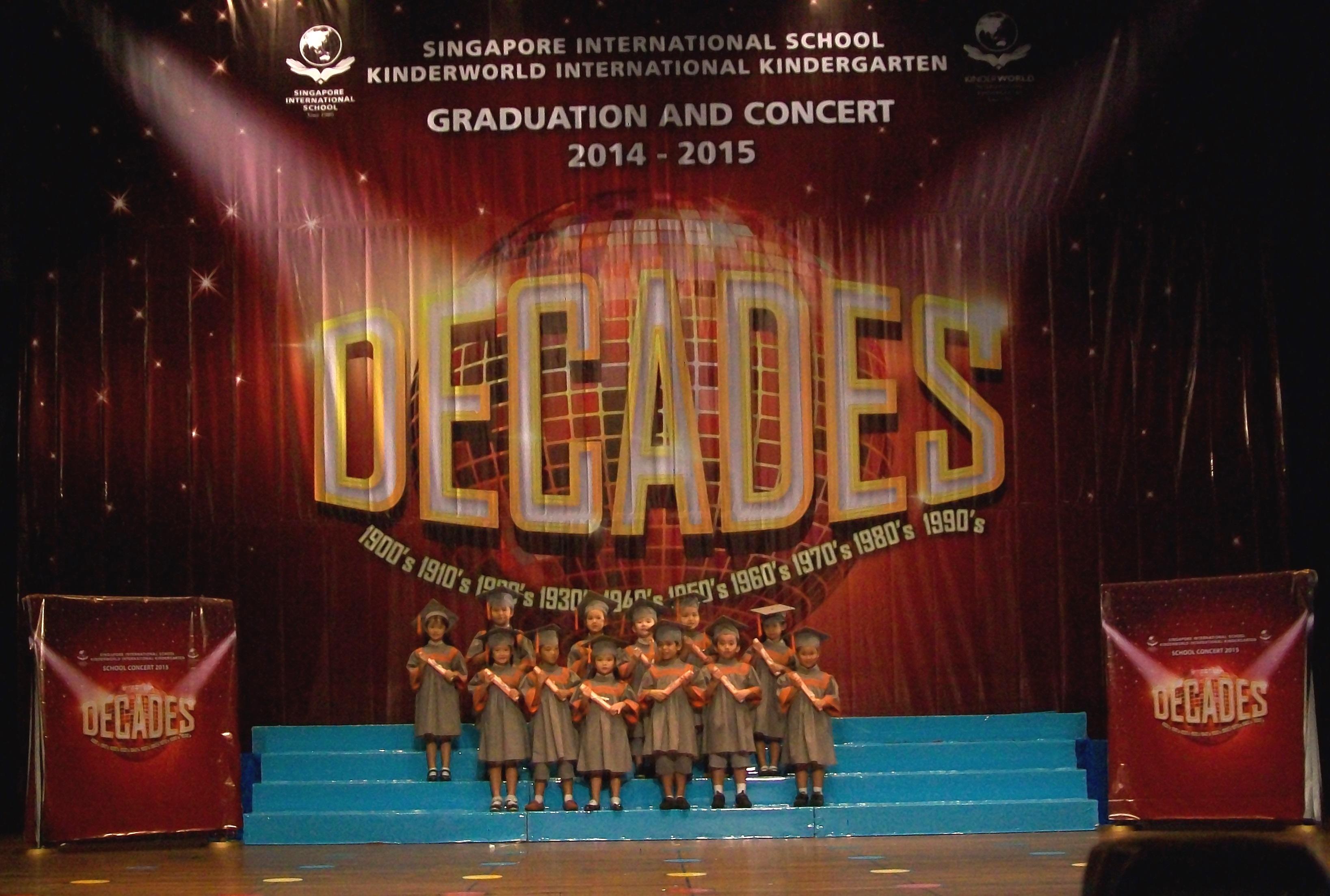 Các em học sinh nhận bằng Tốt nghiệp Dự bị Tiểu học.