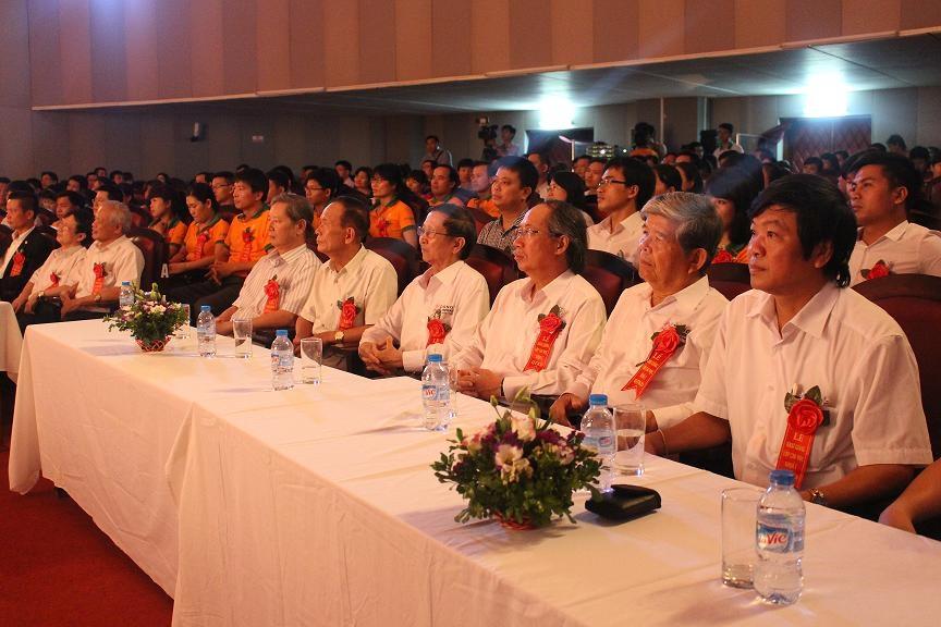 Các vị đại biểu, khách quý và các thầy cô giáo đến tham dự buổi lễ