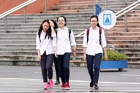 Những thí sinh ra khỏi phòng thi đầu tiên tại hội đồng thi trường Hà Nội - Amsterdam.