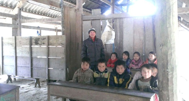 Thầy giáo Bàn Hồng Phong đang củng cố lại kiến thức cho những em yếu kém