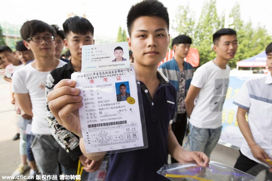 Một thí sinh ở Giang Tô (Trung Quốc) trình thẻ dự thi trước khi vào phòng thi ngày 7/6/2015.