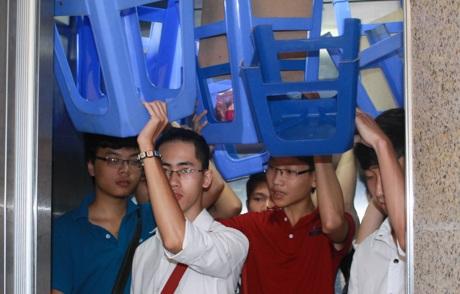 Nhà trường hỗ trợ thang máy cho các thí sinh thi ở tầng trên
