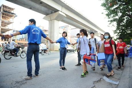 Lực lượng sinh viên tình nguyện tạo hàng rào phân luồng giao thông bên ngoài cổng trường