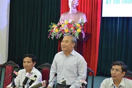 Thứ trưởng Nguyễn Vinh Hiển - Trưởng Ban chỉ đạo thi giải đáp các câu hỏi của báo chí