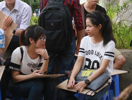 Trong lúc chờ đến giờ thi, các thí sinh làm quen, trò chuyện với nhau