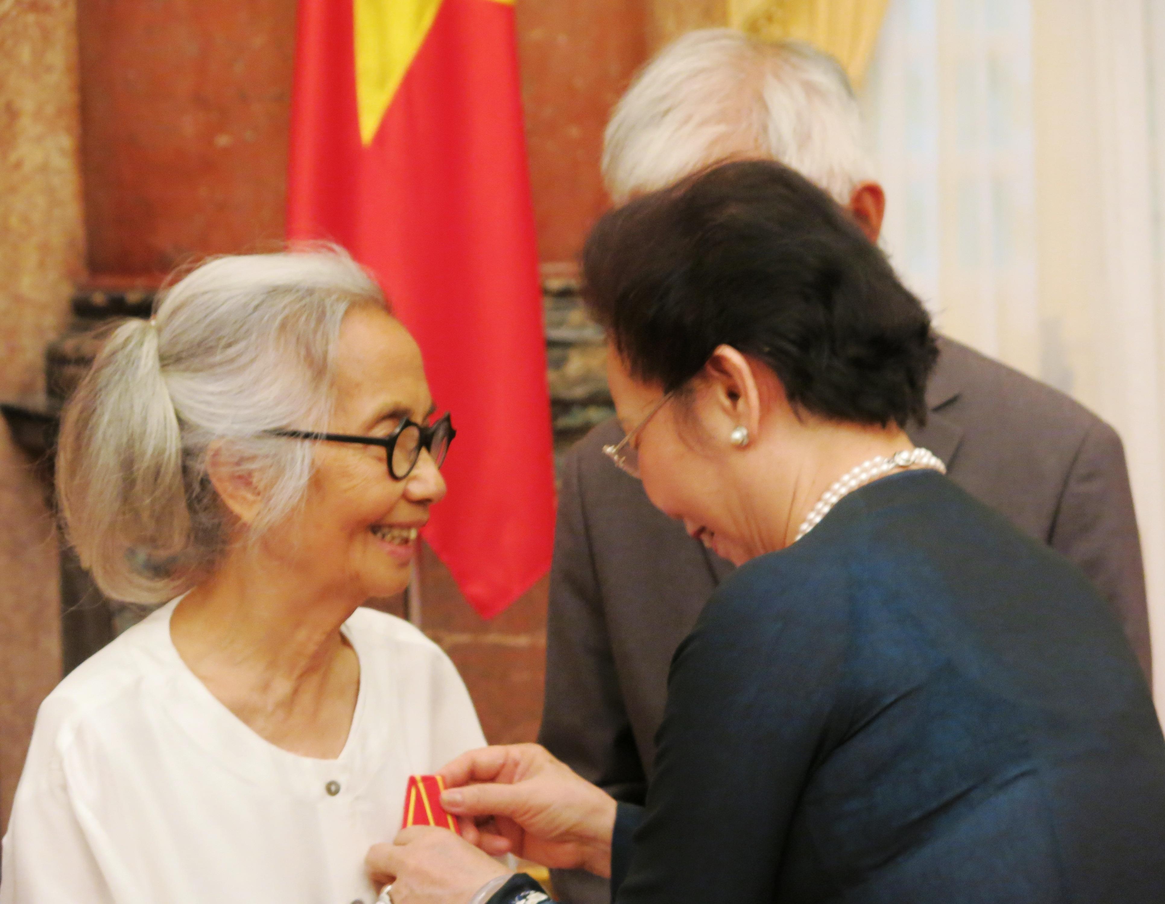 Phó Chủ tịch nước Nguyễn Thị Doan trao Huân chương Hữu Nghị đến hai Giáo sư.