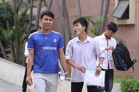 Thí sinh tại Hà Nội vui vẻ sau buổi thi Vật Lý chiều nay. (Ảnh: Mai Châm)