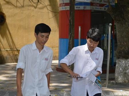 Thí sinh tan thi môn Địa lý tại điểm thi ĐH Bách khoa Hà Nội. (Ảnh: Nguyễn Hùng)