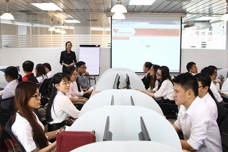 Sinh viên UEF trong chương trình học tập thực tế tại doanh nghiệp