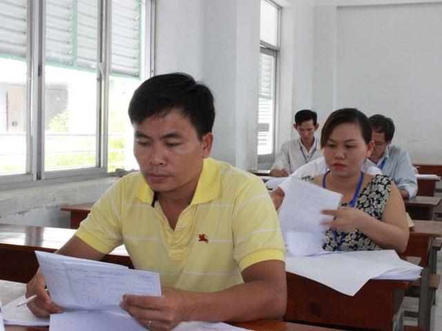 Các cán bộ đang chấm thi tại ĐH Công nghiệp Thực phẩm TP.HCM. (Ảnh: Quốc Hải)