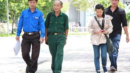 Thí sinh đặc biệt Lê Tuấn Anh được đại diện Tỉnh đoàn đón ngay khi vừa bước ra khỏi phòng thi