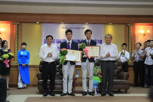 Cô Đặng Thị Lê Dung vui mừng đón Trung tại sân bay Nội Bài (Hà Nội)