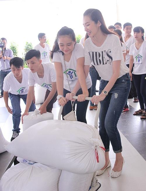 TP.HCM: Dàn hoa hậu Việt đi gom từng nắm gạo cho người nghèo